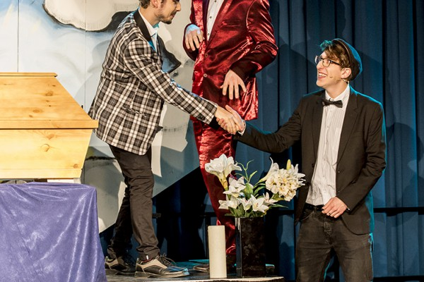 """Das Musical """"Zum Sterben schön"""" (Trio Theater Ennepetal) feiert am 26. Februar 2016 die Premiere im Leo Theater."""