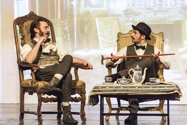 """""""Sherlock Holmes und der Hund der Baskervilles"""" feiert am Freitag, 18. März, 20 Uhr, die Premiere im Leo Theater. Im Bild (v.l.) Marc Neumeister (Sherlock Holmes); lars Dickel (Dr. Watson) und Robin Schmale (Henry Baskervilles). Foto: AWi"""